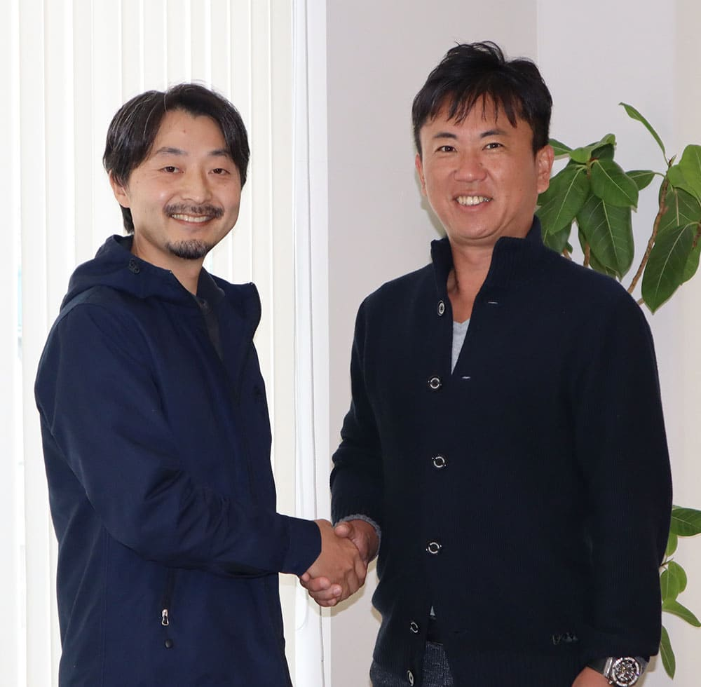 代表を務めた小松英介氏と、譲受け企業であるティーエス・ハマモトの代表取締役である濱本利寿氏に、M&Aを決意するに至ったこれまでの経緯と今後の展望について伺った。